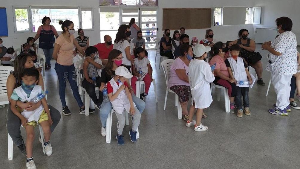 Postas itinerantes recorren escuelas primarias bonaerenses para vacunar contra la Covid 19