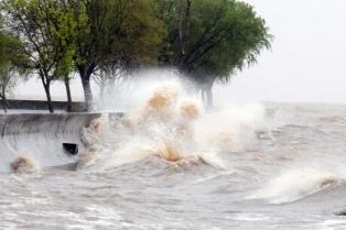 "Buscan por ""agua y aire"" a dos pescadores desaparecidos en Punta Lara"