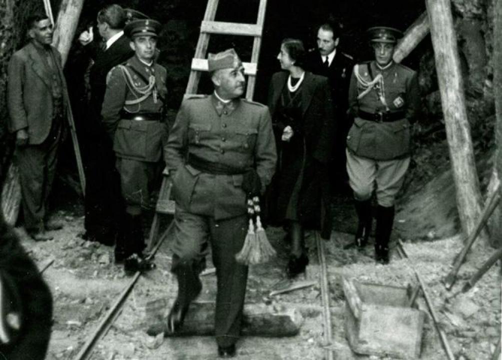 Francisco Franco y su mujer, Carmen Polo, en una visita en 1940 a las obras del mausoleo de Madrid.