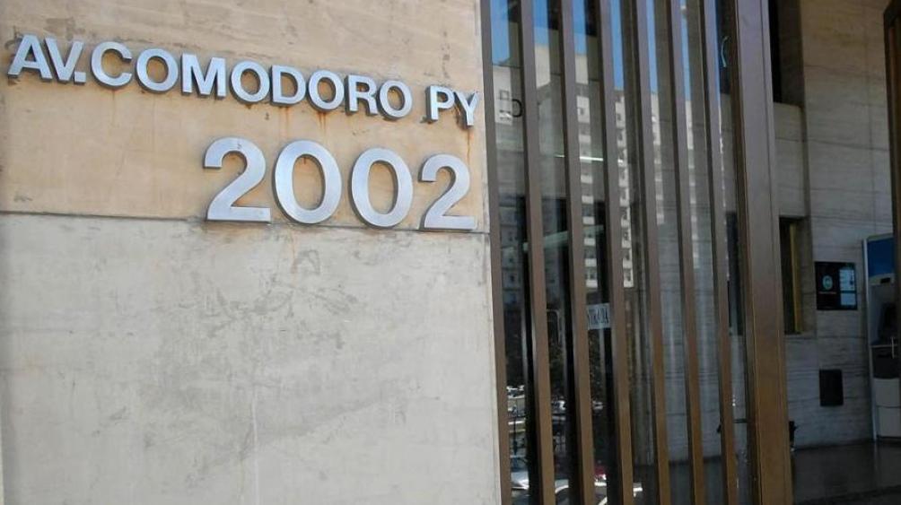 Mientras Casación evalúe el recurso, los efectos del fallo que la propia Cámara había emitido el viernes pasado para que la causa pase a Comodoro Py quedan suspendidos y el expediente permanecerá en Lomas de Zamora.