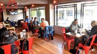 Bares y restaurantes volvieron a la actividad en San Juan