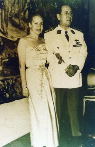 Juan Domingo Perón y Eva Duarte en un salón del Palacio Unzué.