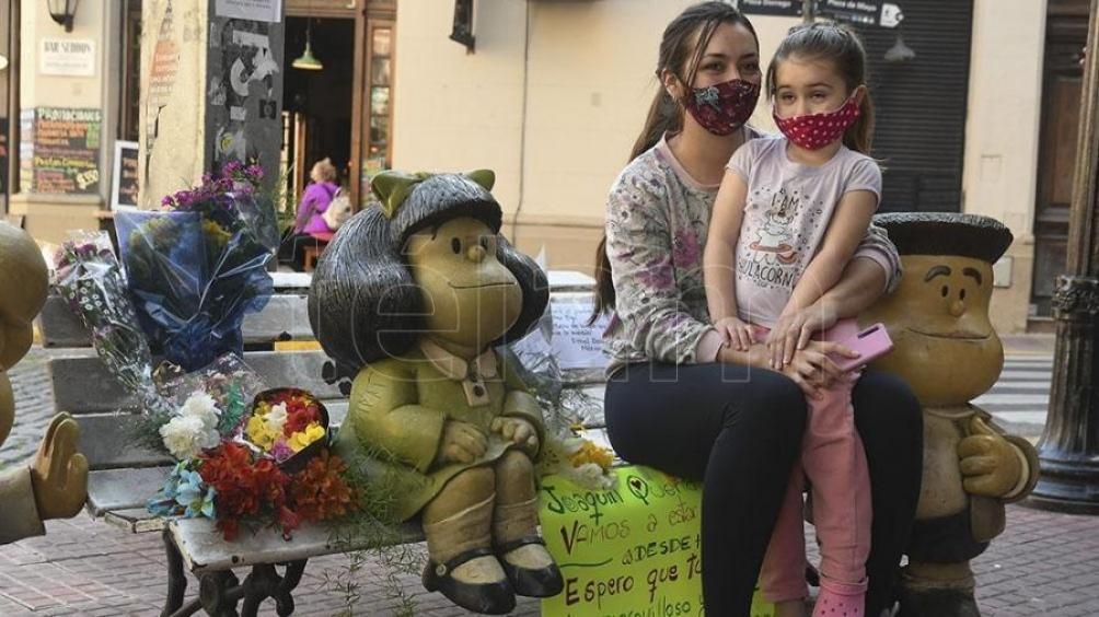 Las estatuas de Mafalda y sus amigos fueron transformados en un santuario luego de la muerte de Quino, en septiembre de 2020.