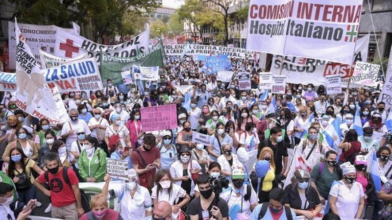 Enfermeros de la Ciudad iniciaron un paro de 48 horas y acampan en Plaza de Mayo