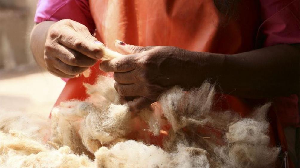 Las artesanas aprovechan las bondades de la fibra de llama como principal materia prima.