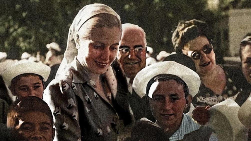 """Carlos Caramello define a Eva Perón como """"una Mujer hecha  metáfora de fogosidad y compromiso""""."""