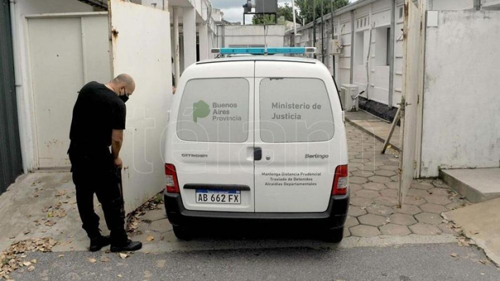 Juan Ignacio Buzali se retira en camioneta de la Asesoría Pericial de La Plata donde fue sometido a pericias psicológicas y psiquiátricas.