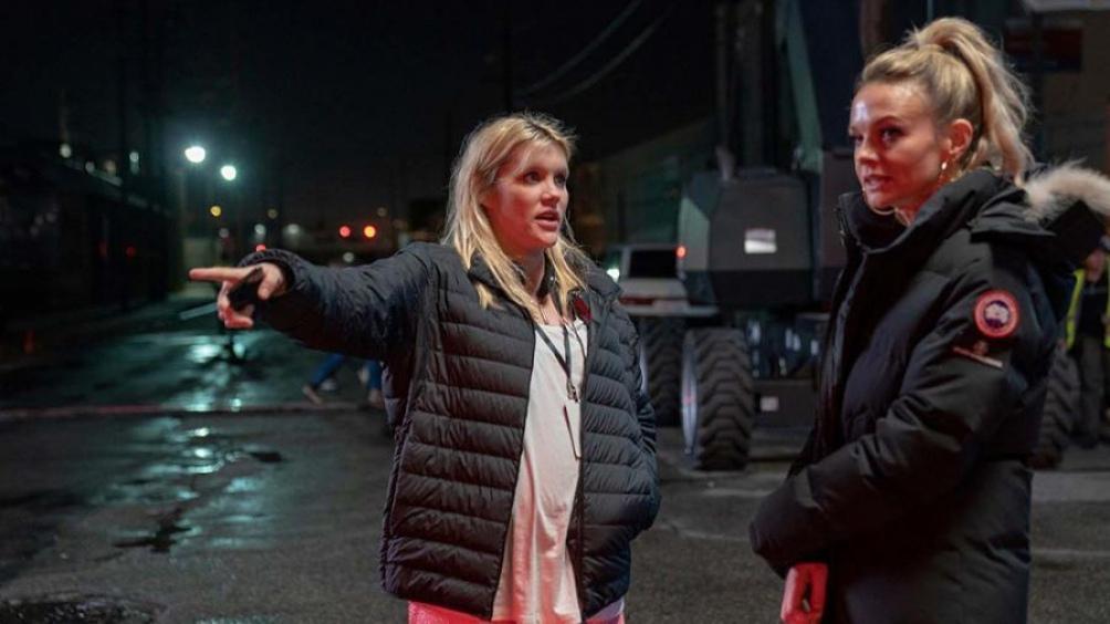"""Emerald Fennel (a la izquierda, junto a Corey Mulligan) también es actriz. Se hizo conocida interpretando a Camilla Parker-Bowles en la serie """"The Crown""""."""
