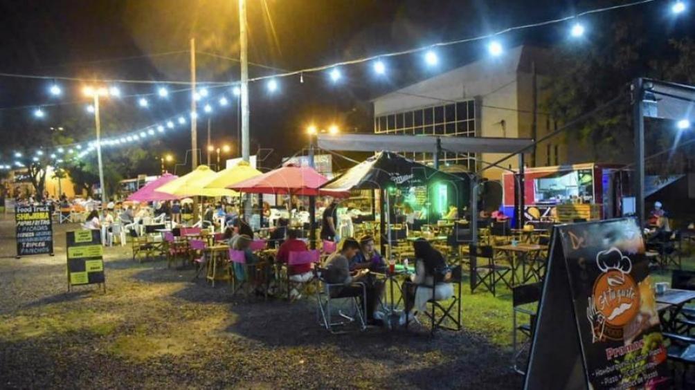 En el Paseo Ferroviario se concentran cada fin de semana diversos puestos de comida.