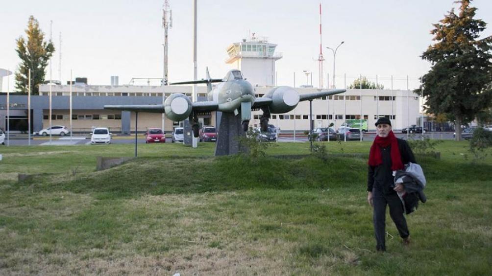 El disparador de la obra fue el emplazamiento de un avión en el acceso central del aeropuerto de la ciudad de Neuquén.