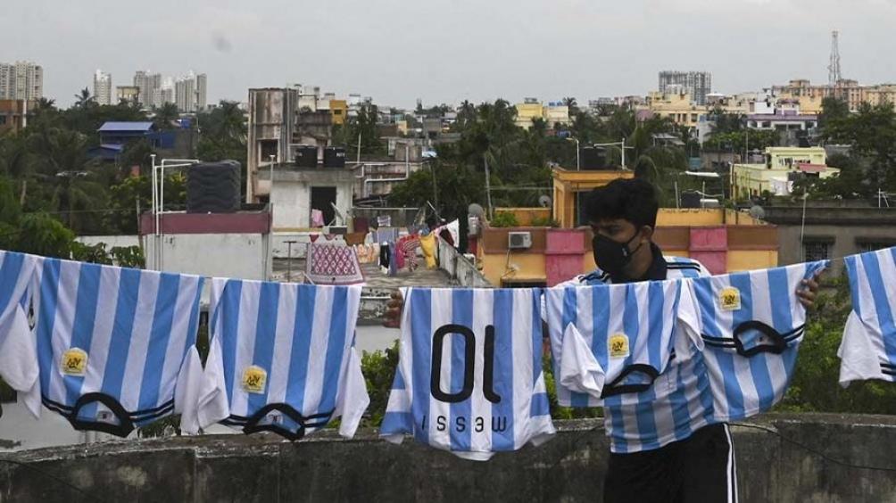 La idolatría también alcanza a Diego Maradona, que vestido de civil llenó en 2008 el Estadio Salt Lake. Foto: AFP.