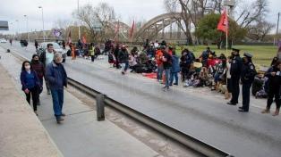 Movimientos sociales cortan rutas y los puentes que unen Neuquén y Cipolletti por 72 horas