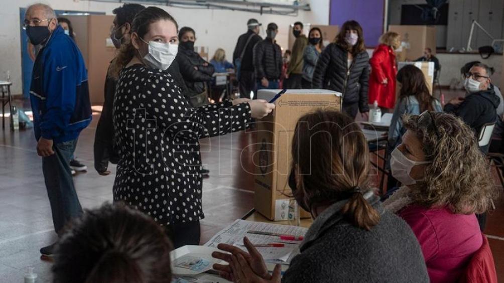 Uma Cora, de 16 años, sufragó por primera vez en el barrio porteño de Boedo. (Foto: Pepe Mateos)