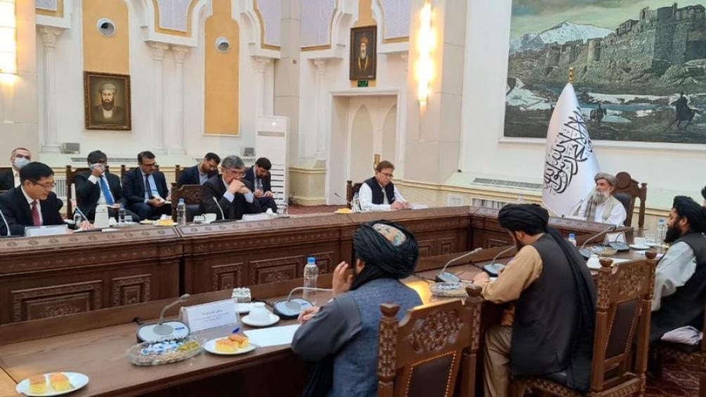 Afganistán: el primer ministro interino se reunió con enviados de China, Pakistán y Rusia